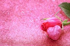 Роза пинка, сердце, предпосылка яркого блеска стоковые изображения