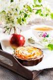 Роза Яблока сформировала пирог и чашку чаю на винтажном подносе сервировки Стоковые Фотографии RF