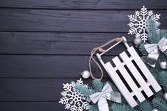 Розвальни игрушки рождества с ветвью ели на черной предпосылке стоковое изображение rf