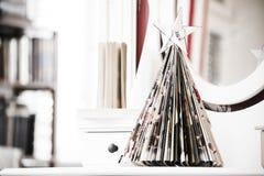 Розвальни с шариком рождества на холме белой книги Смешная концепция рождества, символ Стоковое Изображение RF