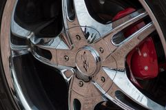Розница покрытого хромом колеса автомобиля Форда Mustand припарковала в улице Стоковое Фото