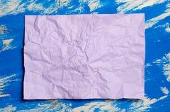 Розовая бумага цвета на голубой абстрактной предпосылке Концепция Идея для Стоковое Изображение