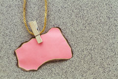 Розовая бумага для показателей на зажимке для белья стоковое фото
