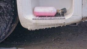 Розовая бутылка пены для моя тележек
