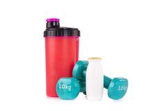 Розовая бутылка blender протеина с парой голубых гантелей фитнеса и протеин выпивают Стоковая Фотография RF