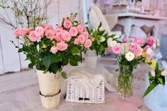 розовая ваза роз Стоковые Фотографии RF