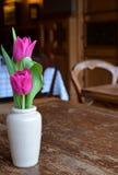 розовая ваза тюльпанов стоковое изображение rf