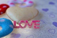 Розовая влюбленность и белое сердце Стоковые Изображения