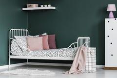 Розовая и зеленая комната ` s девушки Стоковое фото RF