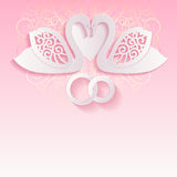 Розовая карточка свадьбы с лебедями и переплетаннсяыми обручальными кольцами иллюстрация вектора