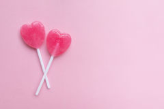 Розовая конфета леденца на палочке формы сердца дня ` s валентинки 2 на пустой предпосылке бумаги пастельного пинка человек влюбл Стоковые Изображения