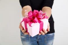 Розовая коробка подарка в руках женщины Стоковые Фото
