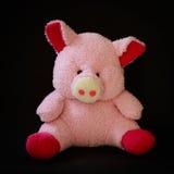 Розовая кукла свиньи на черной предпосылке Стоковое Фото