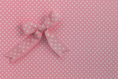 Розовая лента на точках польки стоковое изображение rf