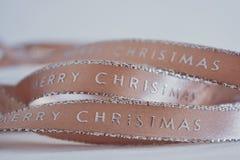 Розовая лента рождества на белой предпосылке стоковое изображение rf