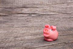 Розовая маленькая свинья везения на Новом Годе на древесине Стоковая Фотография RF
