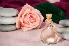 Розовая парфюмерия а ¿  Ð эфирного масла Ñ Стоковое фото RF