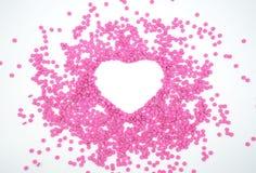 Розовая пилюлька сформированное сердце Творческая концепция здравоохранения и медицины изолированная на белой предпосылке Космос  Стоковые Фотографии RF