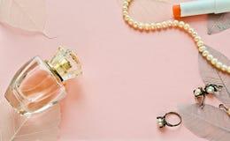 Розовая предпосылка с дух бутылки стоковые фото