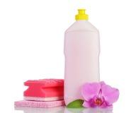 Розовая пластичная бутылка при изолированные уборщик, губка домочадца и орхидея Стоковые Изображения RF