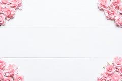 Розовая рамка роз на белом деревянном столе с пустым copyspace Стоковая Фотография