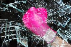 Розовая сила девушки ломая стекло стоковая фотография rf