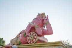 Розовая статуя Ganesha на виске Saman Rattanaram, провинции Chachoengsao, Таиланде Стоковое фото RF