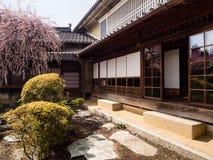 Розовая слива blossoming в традиционном японском саде Стоковое фото RF