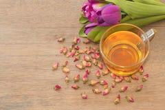 Розовая чашка чая с розой чая бутона Стоковое фото RF