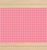 Розовая Checkered скатерть на деревянном столе белого дуба Стоковые Изображения RF