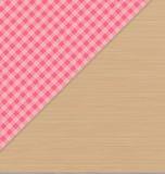 Розовая Checkered скатерть на русом деревянном столе Стоковые Фотографии RF
