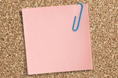 Розовое бумажное примечание с зажимом Стоковое фото RF