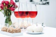 Розовое вино в стеклах, домашняя партия Стоковые Фото