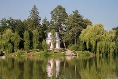 Розовое здание на холме около озера Стоковые Фотографии RF