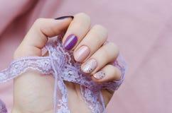 Розовое искусство ногтя с акцентом яркого блеска Стоковое Изображение