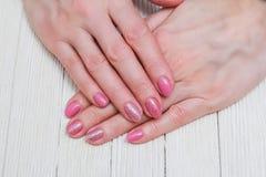 Розовое искусство ногтя с розами золота Стоковая Фотография