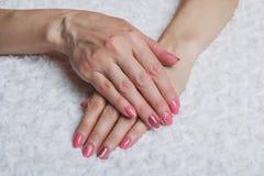 Розовое искусство ногтя с цветком на ткани Стоковая Фотография RF