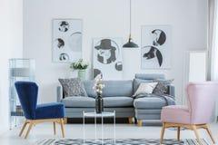 Розовое и голубое кресло стоковое изображение