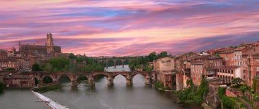 Розовое и голубое небо на соборе Альби и старом мосте стоковые фотографии rf