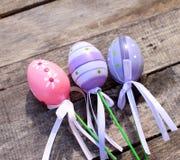 Розовое и фиолетовое пластичное пасхальное яйцо Стоковые Изображения