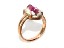 Розовое кольцо золота с естественной драгоценной камнем Стоковые Изображения