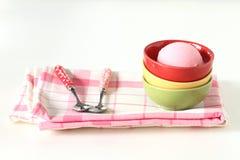Розовое мороженое в красной керамической чашке на белой предпосылке Стоковые Изображения RF
