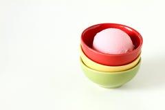 Розовое мороженое в красной керамической чашке на белой предпосылке Стоковое Изображение RF