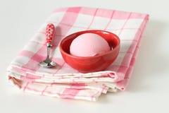 Розовое мороженое в красной чашке на белой предпосылке Стоковые Изображения RF
