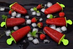 Розовое мороженое ягоды хлопает с мятой на черной предпосылке Sorbet клубники Космос для текста Стоковая Фотография