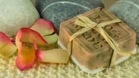 Розовое мыло с лепестками розы - Handmade стоковое изображение