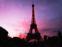 Розовое небо в Париже над Эйфелева башней на ноче Стоковое Изображение RF