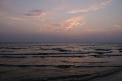 Розовое небо и темная вода Стоковая Фотография RF