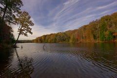 Розовое озеро на холмах Hocking осенью Стоковая Фотография RF