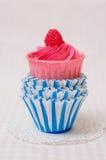 Розовое пирожное в бумажных прессформах Стоковое Изображение